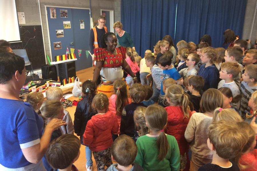 Matilda danst een traditionele Afrikaanse dans met alle leerlingen